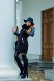 Όμορφο κορίτσι με ένα χαμόγελο στους περιπάτους καπέλων γύρω από την πόλη Στοκ φωτογραφία με δικαίωμα ελεύθερης χρήσης