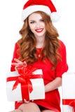 Όμορφο κορίτσι με ένα δώρο σε ένα άσπρο υπόβαθρο Στοκ Εικόνα