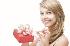 Όμορφο κορίτσι με ένα δώρο στοκ φωτογραφία