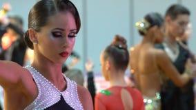 Όμορφο κορίτσι με καλλιτεχνικό Makeup που χορεύει στην αίθουσα χορού κίνηση αργή φιλμ μικρού μήκους