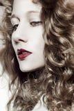 Όμορφο κορίτσι με μακρυμάλλη Στοκ φωτογραφία με δικαίωμα ελεύθερης χρήσης