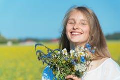 Όμορφο κορίτσι με μια ανθοδέσμη στον τομέα στοκ φωτογραφία με δικαίωμα ελεύθερης χρήσης
