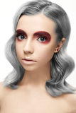 Όμορφο κορίτσι με μια γκρίζα τρίχα μπουκλών και ένα δημιουργικό makeup Πρόσωπο ομορφιάς Στοκ Φωτογραφία