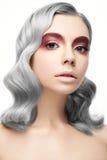 Όμορφο κορίτσι με μια γκρίζα τρίχα μπουκλών και ένα δημιουργικό makeup Πρόσωπο ομορφιάς Στοκ Εικόνες