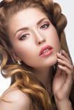 Όμορφο κορίτσι με μια ελαφριά Nude σύνθεση και ξανθός Στοκ Εικόνα