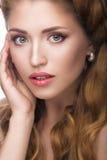 Όμορφο κορίτσι με μια ελαφριά Nude σύνθεση και ξανθός Στοκ εικόνα με δικαίωμα ελεύθερης χρήσης