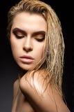 Όμορφο κορίτσι με μια υγρή τρίχα και ένα δημιουργικό φωτεινό makeup στοκ φωτογραφία με δικαίωμα ελεύθερης χρήσης