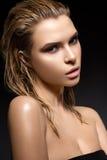 Όμορφο κορίτσι με μια υγρή τρίχα και ένα δημιουργικό φωτεινό makeup στοκ εικόνες με δικαίωμα ελεύθερης χρήσης