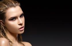 Όμορφο κορίτσι με μια υγρή τρίχα και ένα δημιουργικό φωτεινό makeup Πρότυπο με το πετρέλαιο στο σώμα της στοκ εικόνα με δικαίωμα ελεύθερης χρήσης
