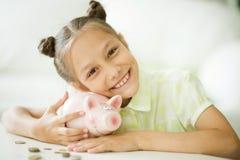Όμορφο κορίτσι με μια piggy τράπεζα Στοκ Εικόνες