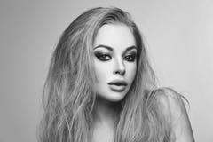 Όμορφο κορίτσι με ξανθό μακρυμάλλη και makeup στοκ φωτογραφία με δικαίωμα ελεύθερης χρήσης