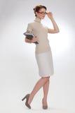 Όμορφο κορίτσι με τα βιβλία και τη φθορά των γυαλιών στοκ φωτογραφίες με δικαίωμα ελεύθερης χρήσης