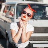 Όμορφο κορίτσι με τα γυαλιά ηλίου και κόκκινο armband Καρφίτσα-επάνω στο ύφος Στοκ φωτογραφία με δικαίωμα ελεύθερης χρήσης