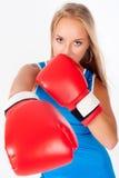 Όμορφο κορίτσι με τα εγκιβωτίζοντας γάντια στοκ φωτογραφία