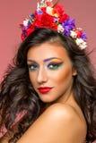 Όμορφο κορίτσι με τα εξαρτήματα λουλουδιών στοκ φωτογραφίες με δικαίωμα ελεύθερης χρήσης