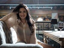 Όμορφο κορίτσι με τα καλά-καλλωπισμένα γέλια τρίχας που εξετάζει τη κά στοκ εικόνες