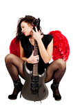 Όμορφο κορίτσι με τα κόκκινα φτερά αγγέλου και κιθάρα που απομονώνεται Στοκ φωτογραφία με δικαίωμα ελεύθερης χρήσης