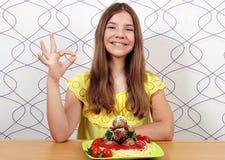 Όμορφο κορίτσι με τα μακαρόνια και τα κεφτή και εντάξει χέρι s στοκ φωτογραφία με δικαίωμα ελεύθερης χρήσης