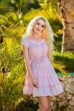 Όμορφο κορίτσι με τα μακρυμάλλη και μακριά πόδια Στοκ εικόνα με δικαίωμα ελεύθερης χρήσης