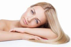 Όμορφο κορίτσι με τα μεταξωτά ξανθά μαλλιά στοκ φωτογραφία με δικαίωμα ελεύθερης χρήσης