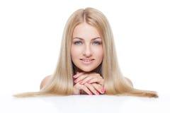 Όμορφο κορίτσι με τα μεταξωτά ξανθά μαλλιά στοκ φωτογραφίες με δικαίωμα ελεύθερης χρήσης