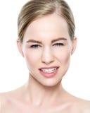 Όμορφο κορίτσι με τα μπλε μάτια και ξανθά μαλλιά, με τους γυμνούς ώμους, που εξετάζουν τη κάμερα με την αναιδή τοποθέτηση Στοκ φωτογραφία με δικαίωμα ελεύθερης χρήσης
