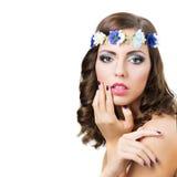 Όμορφο κορίτσι με τα μπλε λουλούδια στοκ φωτογραφίες