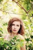 Όμορφο κορίτσι με τα λουλούδια άνοιξη Πρότυπος υπαίθριος μόδας Στοκ Φωτογραφίες