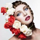 Όμορφο κορίτσι με τα λουλούδια στην τρίχα Στοκ φωτογραφία με δικαίωμα ελεύθερης χρήσης
