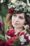 Όμορφο κορίτσι με τα λουλούδια Στοκ Φωτογραφίες