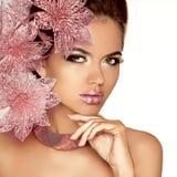 Όμορφο κορίτσι με τα ρόδινα λουλούδια. Πρότυπο πρόσωπο γυναικών ομορφιάς. Perfe Στοκ Φωτογραφία