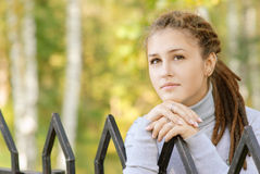 Όμορφο κορίτσι με τα dreadlocks Στοκ Εικόνες