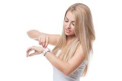 Όμορφο κορίτσι με τα wristwatches στοκ εικόνα