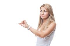 Όμορφο κορίτσι με τα wristwatches στοκ εικόνες με δικαίωμα ελεύθερης χρήσης