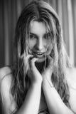 Όμορφο κορίτσι με την άσπρη τρίχα που χαμογελά seductively Στοκ εικόνα με δικαίωμα ελεύθερης χρήσης