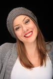 Όμορφο κορίτσι με την γκρίζα ΚΑΠ στοκ φωτογραφία με δικαίωμα ελεύθερης χρήσης