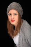 Όμορφο κορίτσι με την γκρίζα ΚΑΠ στοκ φωτογραφίες με δικαίωμα ελεύθερης χρήσης
