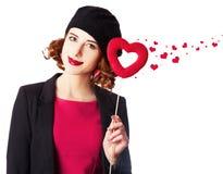 Όμορφο κορίτσι με την καρδιά παιχνιδιών Στοκ Φωτογραφία