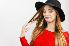 Όμορφο κορίτσι με την καφετιά τρίχα και το μαύρο καπέλο Στοκ Φωτογραφία