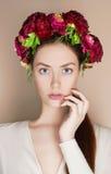Όμορφο κορίτσι με την κορώνα λουλουδιών Στοκ Φωτογραφία
