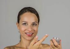 Όμορφο κορίτσι με την κρέμα δερμάτων Στοκ φωτογραφία με δικαίωμα ελεύθερης χρήσης