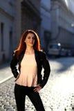 Όμορφο κορίτσι με την κόκκινη τρίχα στην οδό Στοκ Φωτογραφίες