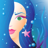Όμορφο κορίτσι με την μπλε τρίχα στο νερό στοκ φωτογραφίες