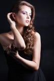 Όμορφο κορίτσι με την πολυτελή τρίχα στοκ εικόνα με δικαίωμα ελεύθερης χρήσης