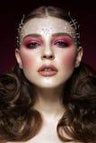 Όμορφο κορίτσι με την τέλεια τέχνη makeup και τις χάντρες μαργαριταριών Πρόσωπο ομορφιάς στοκ φωτογραφία με δικαίωμα ελεύθερης χρήσης