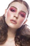 Όμορφο κορίτσι με την τέλεια τέχνη makeup και τις χάντρες μαργαριταριών Πρόσωπο ομορφιάς στοκ φωτογραφίες με δικαίωμα ελεύθερης χρήσης