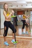 Όμορφο κορίτσι με τη γυμναστική βάρους στο εσωτερικό Στοκ Εικόνες
