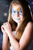 Όμορφο κορίτσι με τη ζωγραφική προσώπου στο μαύρο υπόβαθρο Στοκ φωτογραφία με δικαίωμα ελεύθερης χρήσης