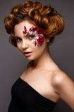 Όμορφο κορίτσι με τη δημιουργική σύνθεση με τα floral appliques Το πρότυπο στο ύφος ρομαντικού με τα πέταλα λουλουδιών γύρω από τ στοκ φωτογραφίες με δικαίωμα ελεύθερης χρήσης