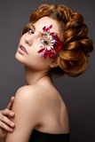 Όμορφο κορίτσι με τη δημιουργική σύνθεση με τα floral appliques Το πρότυπο στο ύφος ρομαντικού με τα πέταλα λουλουδιών γύρω από τ Στοκ Εικόνα